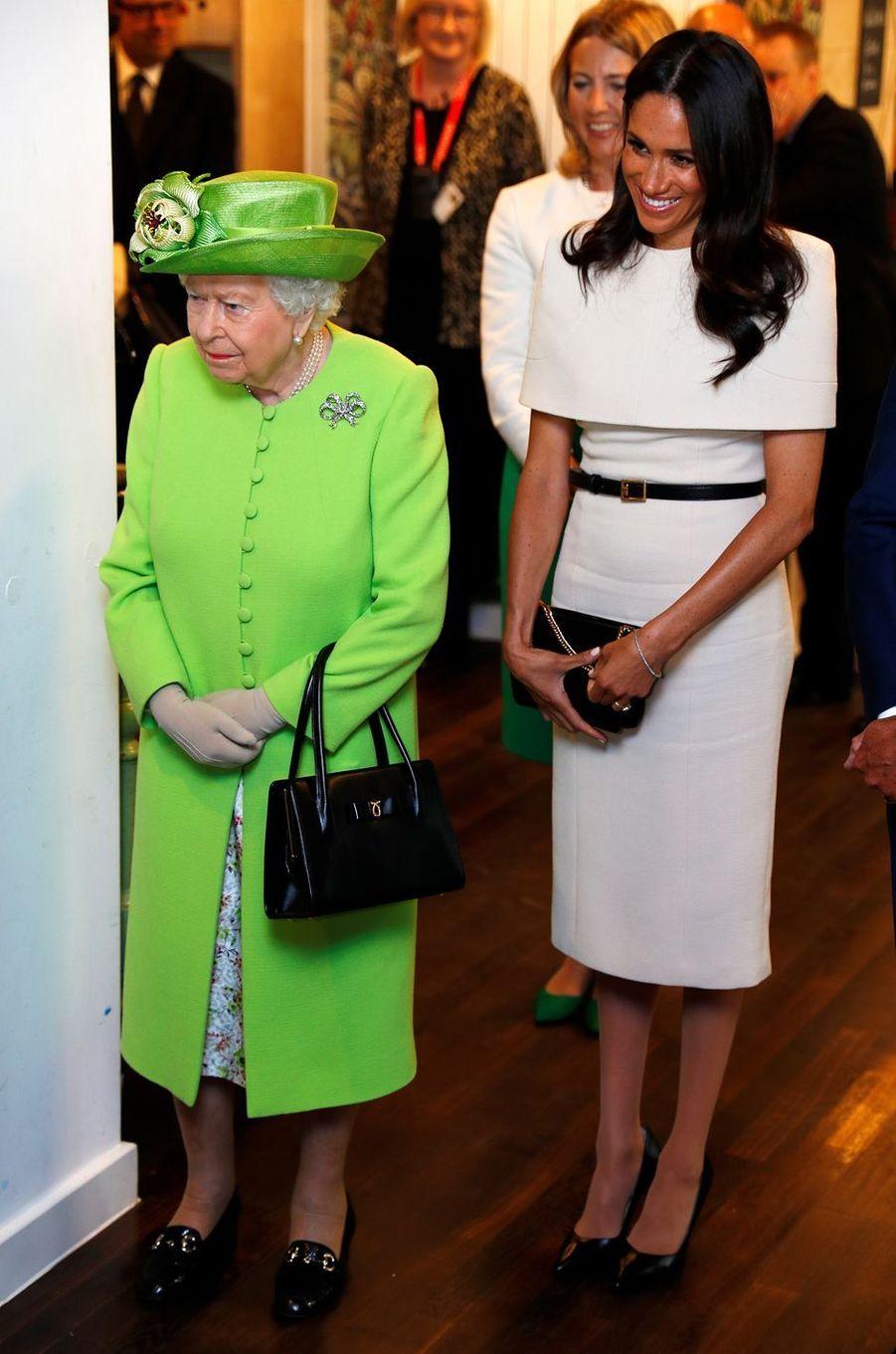 Meghan Markle, en Givenchy, et la reine Elizabeth II dans le Cheshire, le 14 juin 2018