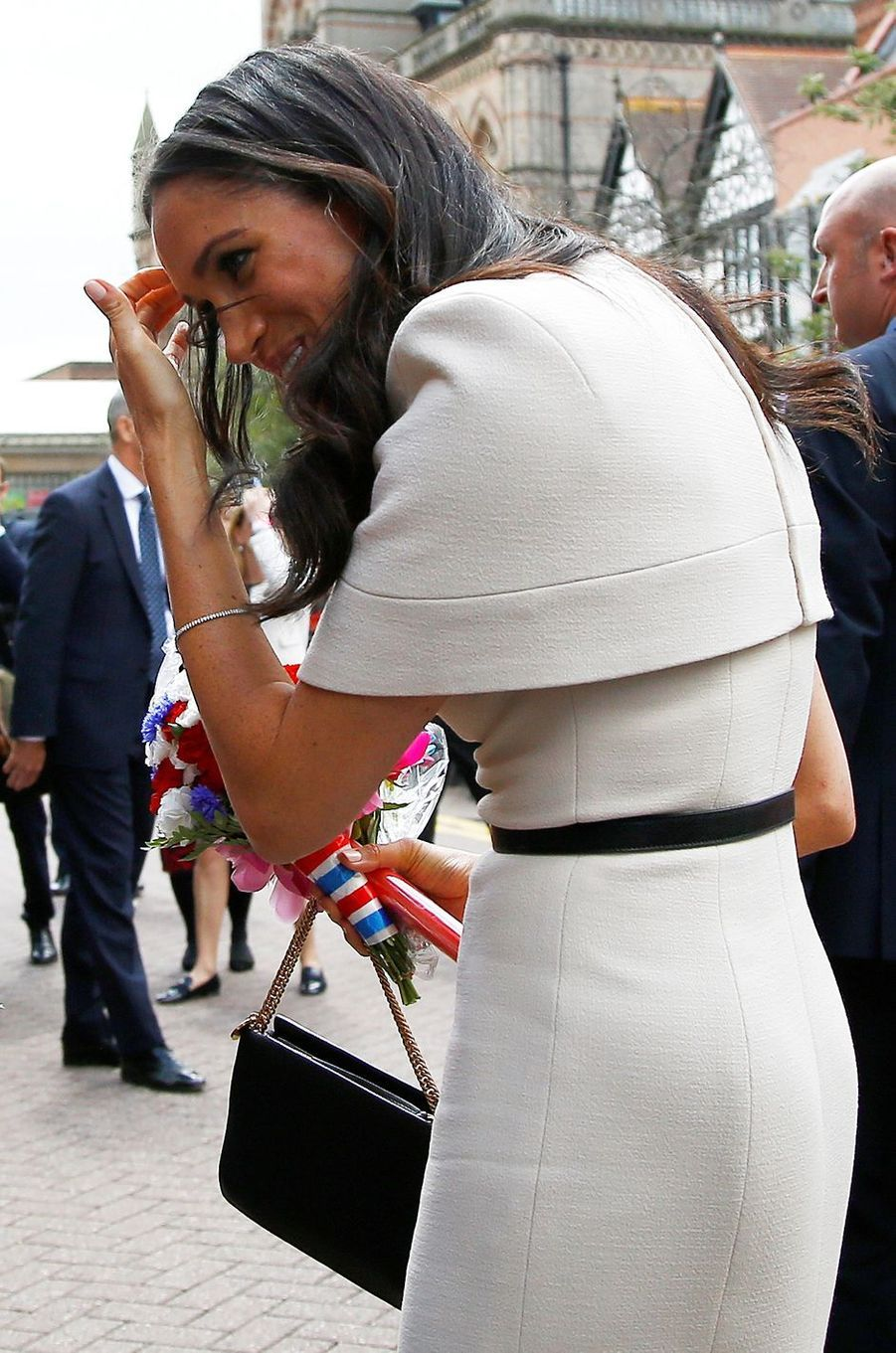 Détail de la robe-cape Givenchy de Meghan Markle, dans le Cheshire le 14 juin 2018