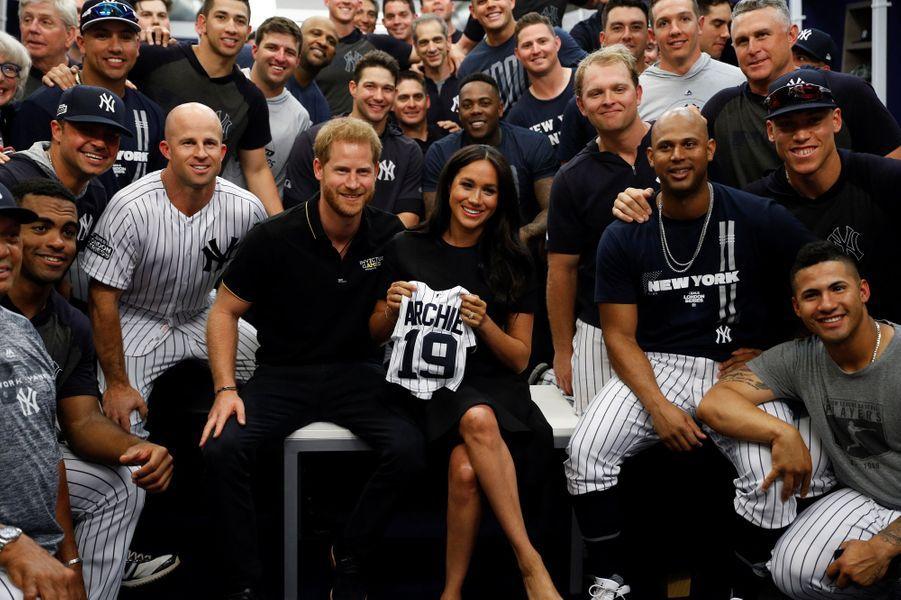 Le Prince Harry et sa femme Meghan, Américaine comme chacun le sait, ont assisté samedi au match historique entre les Red Sox de Boston et les Yankees de New York disputé au London Stadium. Ils ont reçu des cadeaux pour Archie.