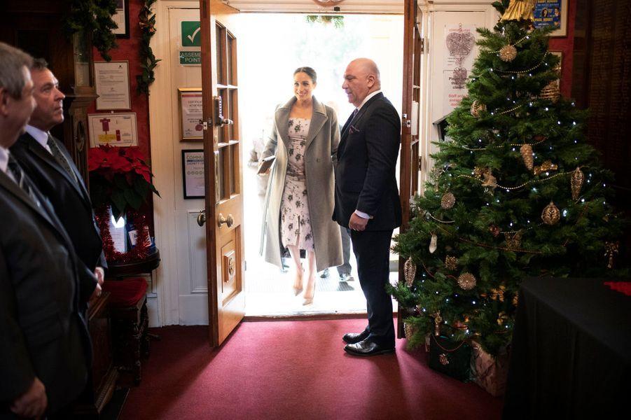 Pour un engagement en solo, Meghan, l'épouse du prince Harry, s'est déplacée à Twickenham afin de rendre visite aux résidents de Brinsworth House, une maison de retraite.
