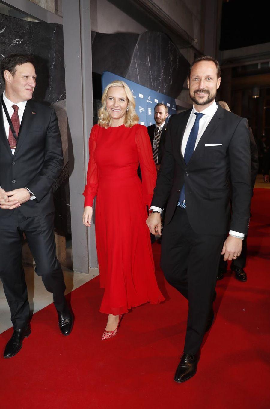 La princesse Mette-Marit, dans un look écarlate, et le prince Haakon de Norvège à Hamar, le 6 janvier 2018