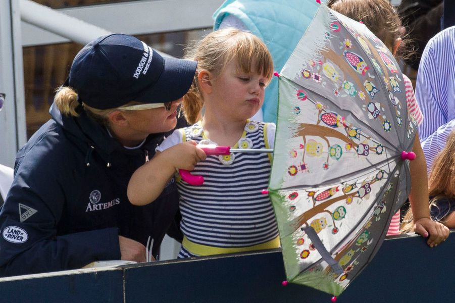 Mia Tindall avec sa mère Zara Phillips à Gatcombe Park, le 5 août 2017