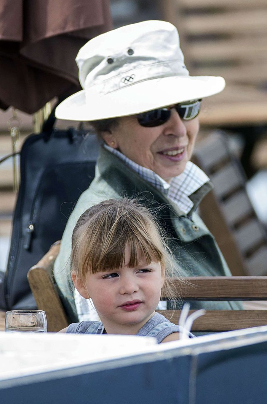 Mia Tindall avec sa grand-mère la princesse Anne à Gatcombe Park, le 6 août 2017