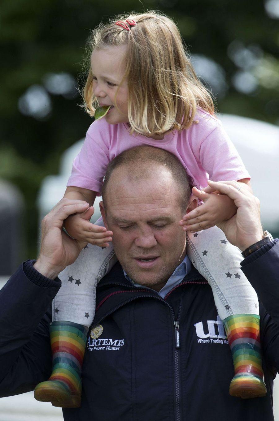Mia et son père Mike Tindall à Gatcombe Park, le 4 août 2017