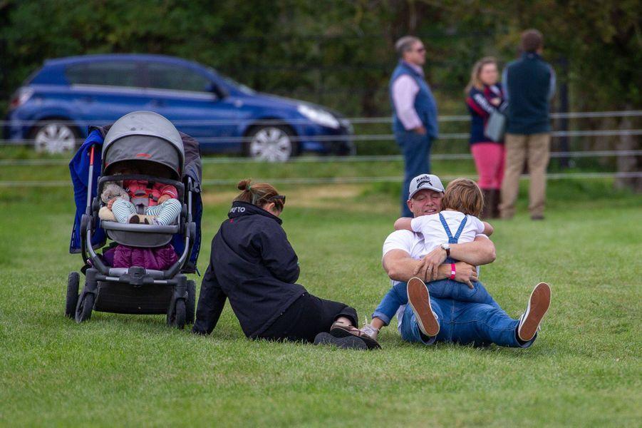 Mia avec son père Mike Tindall et sa petite soeur Lena dans sa poussette à Stamford, le 7 septembre 2019