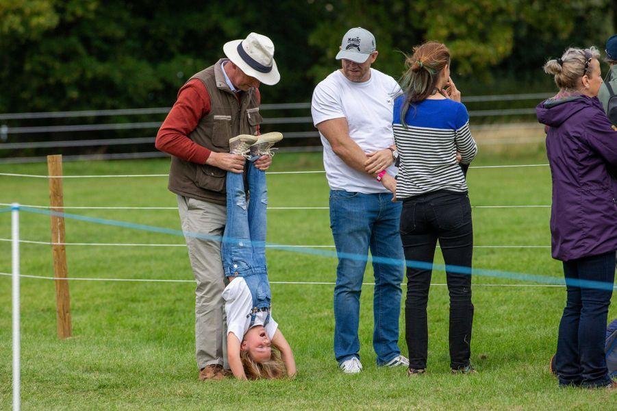 Mia avec son père Mike Tindall, sa grand-mère la princesse Anne et Timothy Laurence à Stamford, le 7 septembre 2019
