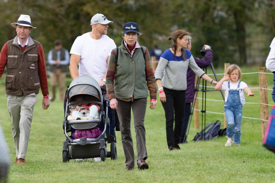 Mia avec son père Mike Tindall, sa petite soeur Lena, sa grand-mère la princesse Anne et Timothy Laurence à Stamford, le 7 septembre 2019