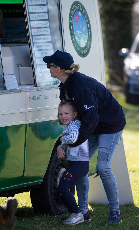 Zara Phillips et sa fille Mia Tindall à Gatcombe Park, le 24 mars 2019