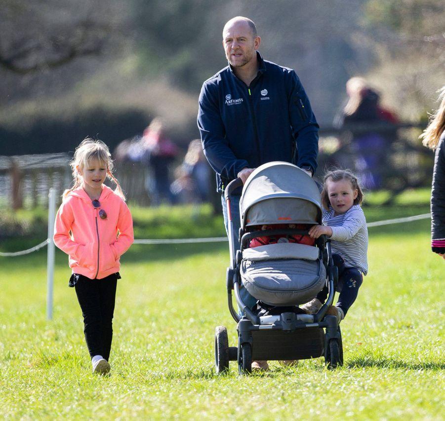 Mike Tindall avec ses deux filles Mia et Lena et Isla Phillips à Gatcombe Park, le 24 mars 2019