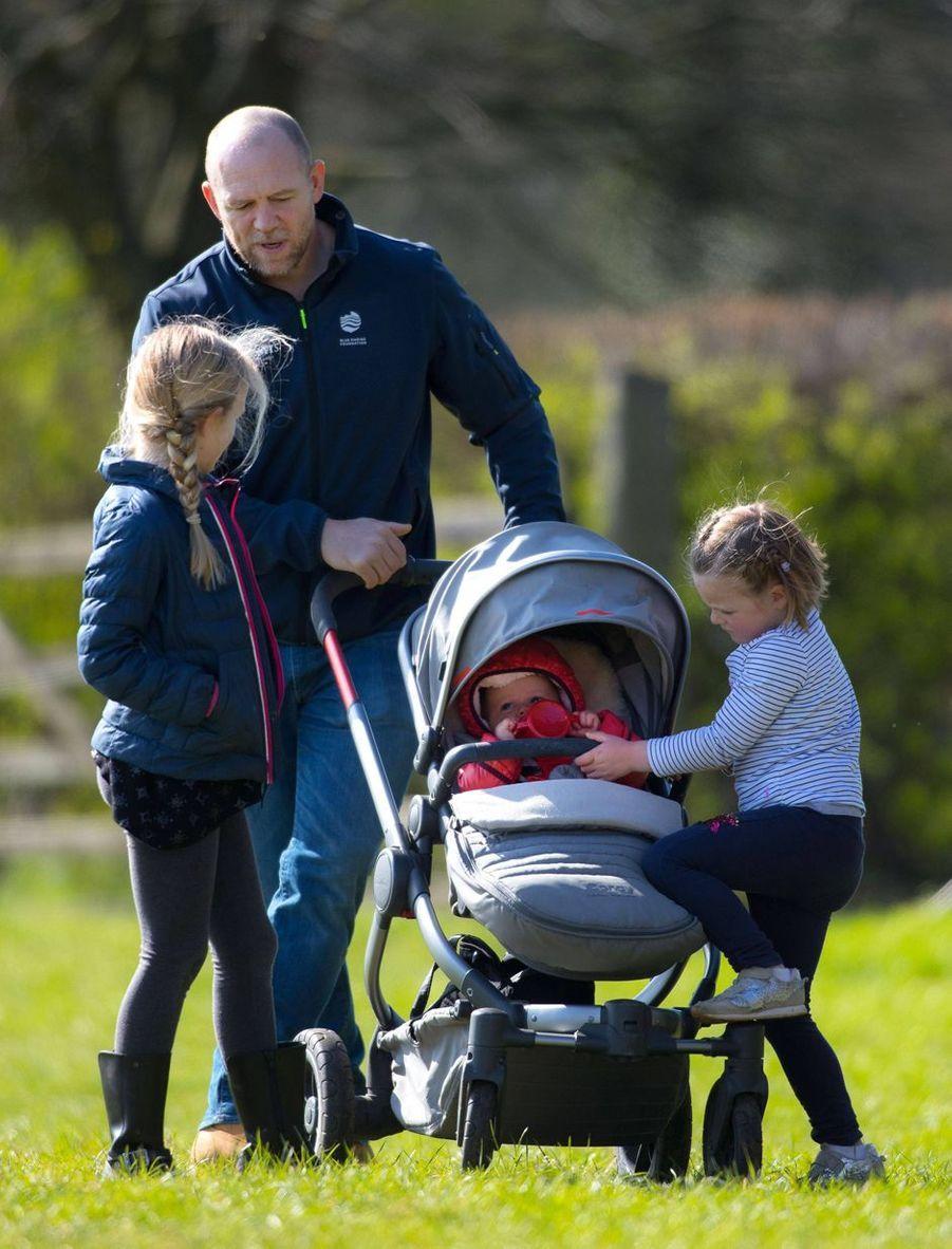 Mike Tindall avec ses deux filles Mia et Lena et Savannah Phillips à Gatcombe Park, le 24 mars 2019