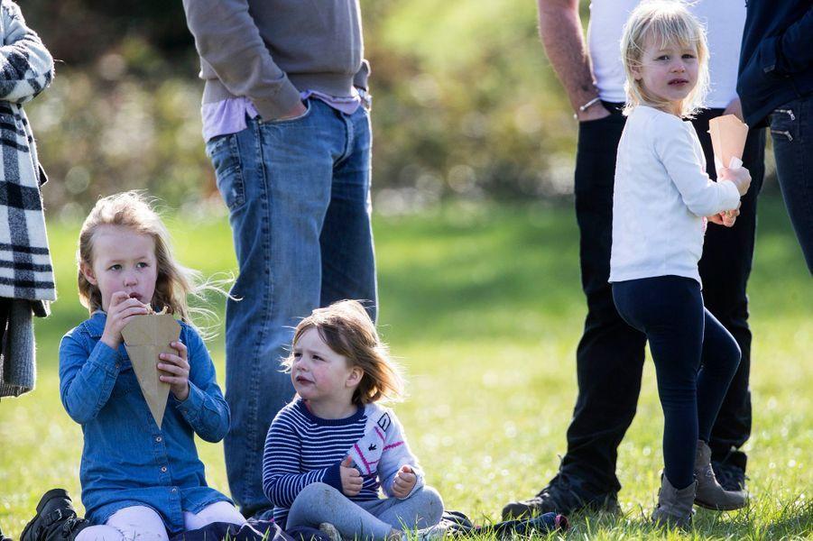 Mia Tindall avec ses cousines Savannah et Isla Phillips à Gatcombe Park, le 25 mars 2017