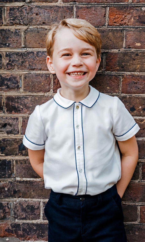 En juillet 2018, pour le baptême de son frère Louis, George pose sur un portrait officiel.