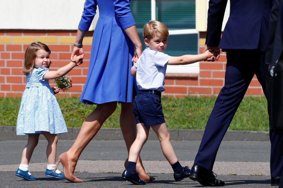 Le prince George en voyage officiel en Allemagne avec sa soeur Charlotte et ses parents en juillet 2017.