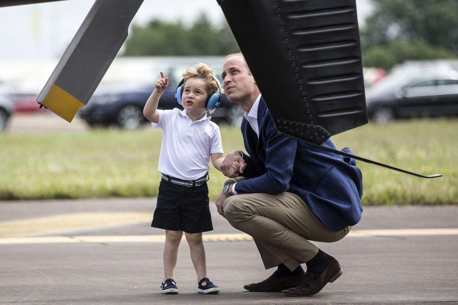 En juillet 2016, George découvre le métier de son père, pilote d'hélicoptère.