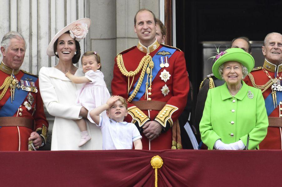 Sur le balcon, la famille royale observe les hélicoptères en juillet 2016.