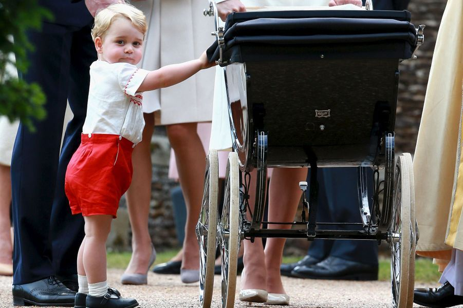 En juillet 2015, le prince George observe sa petite soeur.