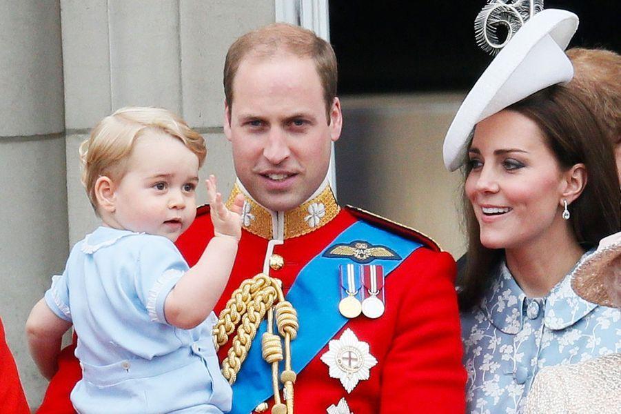 Dans les bras de son papa, il observe la cérémonieTrooping the Colour en juin 2015.