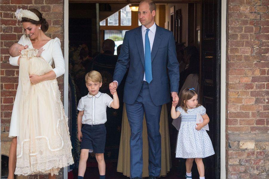 William, Kate, George et Charlotte au baptême du petit Louis.
