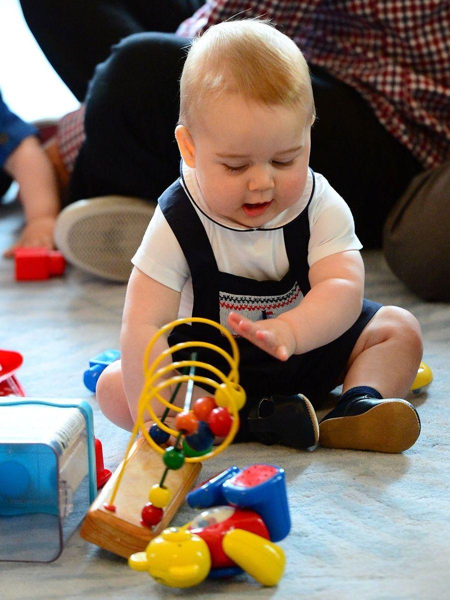 En avril 2014, George en Nouvelle-Zélande joue avec un groupe d'enfants.