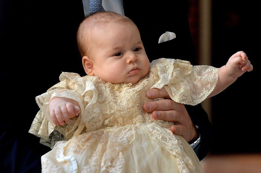 A trois mois, le prince George se fait baptiser.