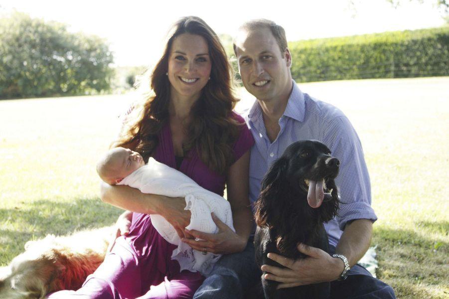 George et ses parents, accompagnés du chien Lupo en août 2013, dans le jardin familial.