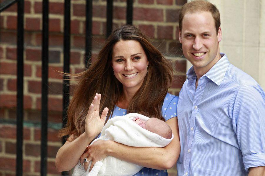Le 23 juillet 2013, le prince George sort de la maternité dans les bras de sa mère.