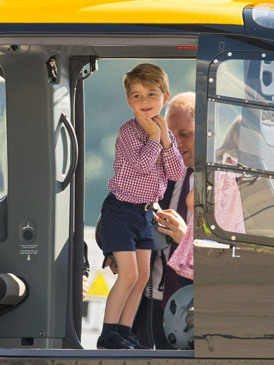 En juillet 2017, le prince George dans un hélicoptère.