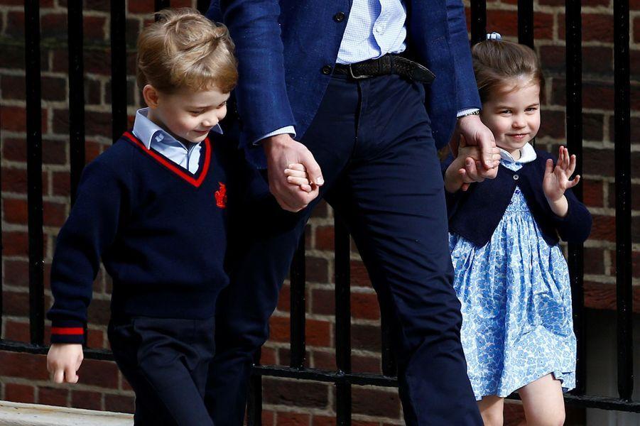 George et Charlotte arrivent à la maternité en avril 2018. Leur mère Kate vient d'accoucher du petit Louis.