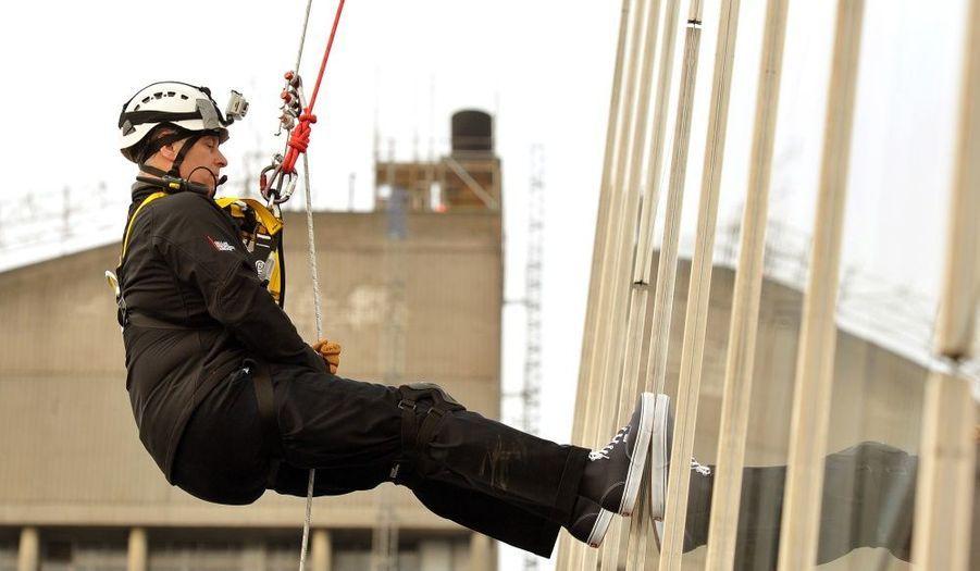 """Le prince Andrew a entrepris lundi la descente en rappel du Shard, plus haut gratte-ciel d'Europe qui culmine à 310 mètres, à Londres. Le fils cadet de la reine Elizabeth II a quitté le 87ème étage pour gagner le 20ème. """"J'avais peur au sommet"""", a reconnu le prince, cité par 'The Independant'. Mais l'entraînement que j'ai suivi cet été avec les Royal Marines à Arbroath m'a donné la confiance nécessaire pour me lancer."""" La brume du matin avait formé de la condensation sur les fenêtres, les rendant glissantes. Un exploit réalisé par une quarantaine de bénévoles, afin de récolter 1 million de livres (1,26 millions d'euros) pour les organismes de charité Outward Bound Trust et Royal Marines Charitable."""