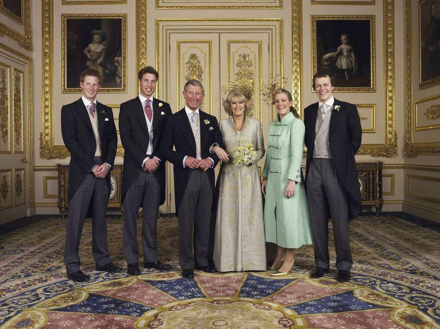 Le prince Charles et Camilla Parker Bowles, avec leurs enfants respectifs, au château de Windsor le 9 avril 2005. L'une des photos officielles de leur mariage
