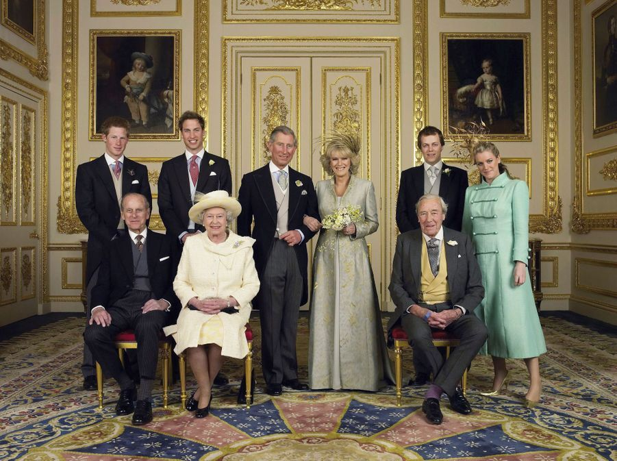 Le prince Charles et Camilla Parker Bowles, avec leurs enfants et leurs parents, au château de Windsor le 9 avril 2005. L'une des photos officielles de leur mariage