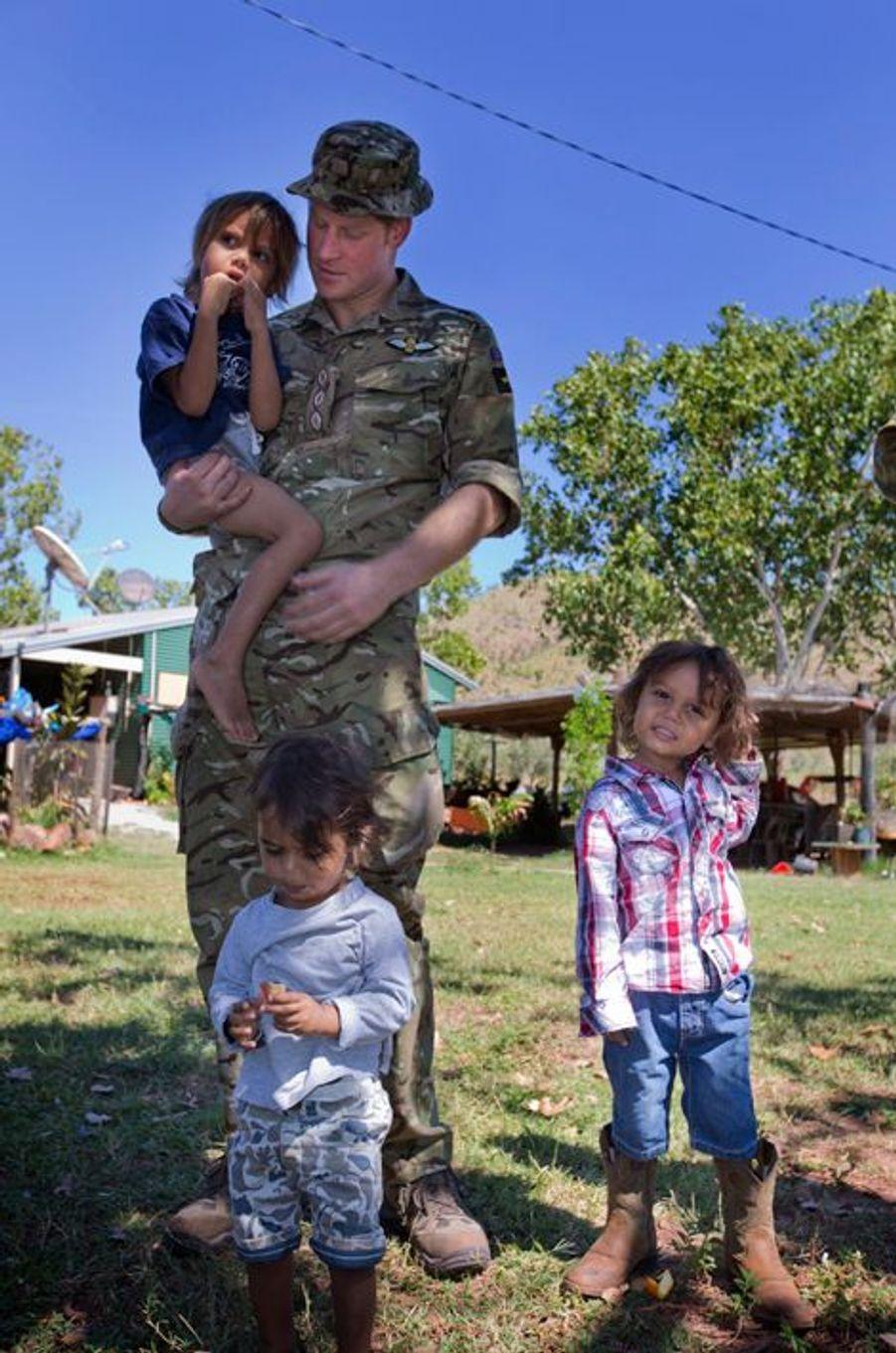 Le prince Harry avec des enfants de la communauté Wuggubun à Kununurra, le 9 avril 2015