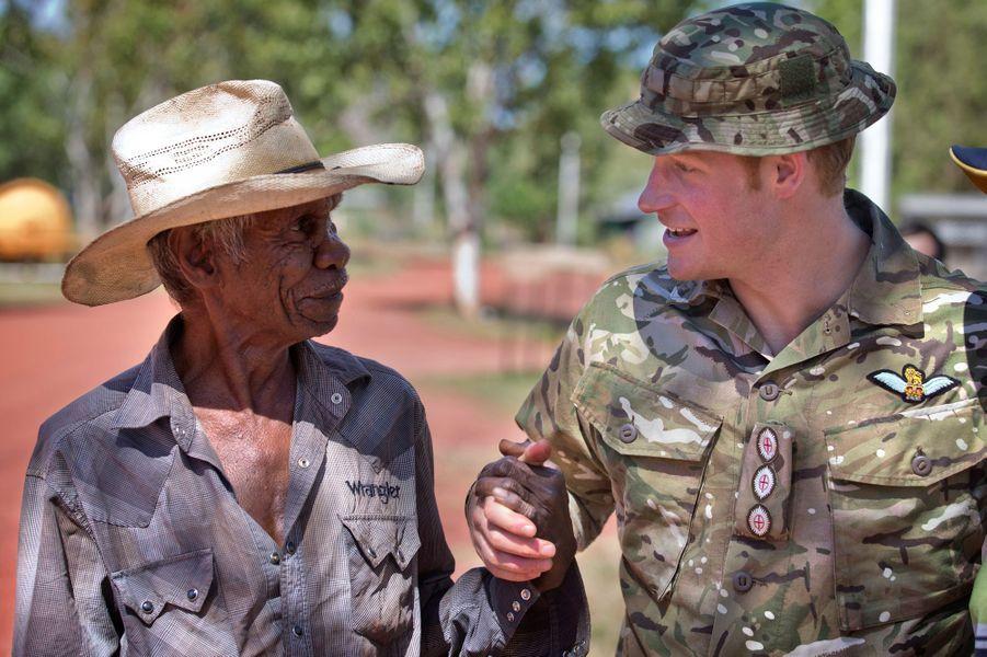 Le prince Harry avec un membre de la communauté Wuggubun à Kununurra, le 9 avril 2015