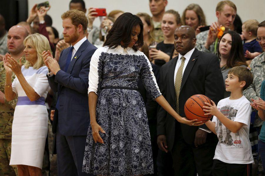 Le prince Harry avec Michelle Obama et Jill Biden à Fort Belvoir en Virginie, le 28 octobre 2015