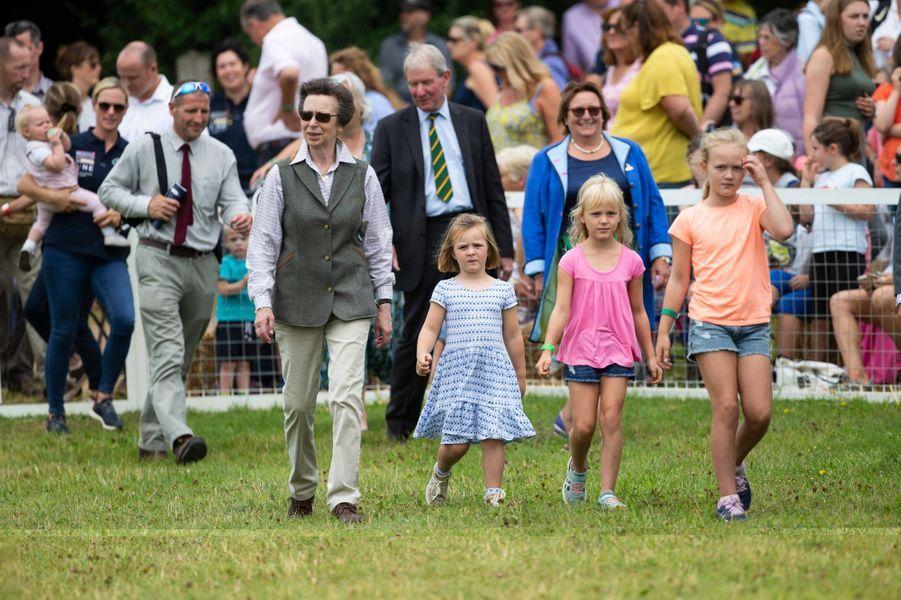 La princesse Anne avec ses petites-filles Mia Tindall et Isla etet Savannah Phillips à Gatcombe Park, le 3 août 2019