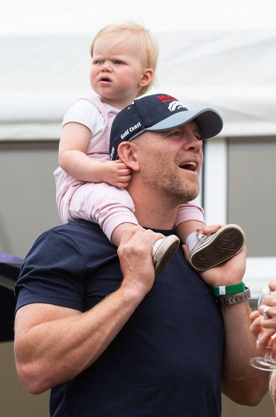 Lena avec son père Mike Tindall à Gatcombe Park, le 3 août 2019