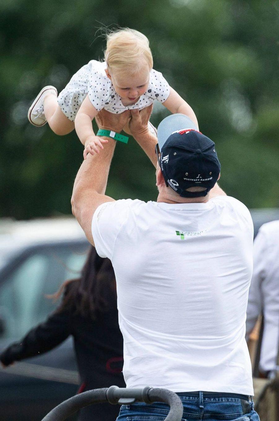 Lena avec son père Mike Tindall à Gatcombe Park, le 4 août 2019