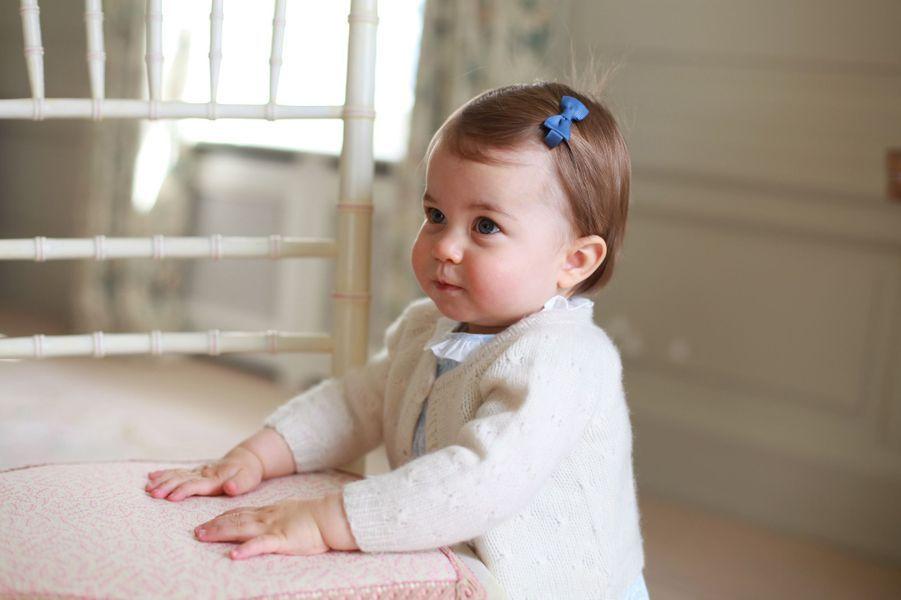 La princesse Charlotte, la fille de Kate Middleton et du prince William, pose pour sa mère.