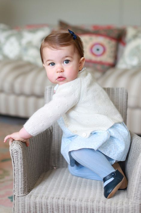 La princesse Charlotte, la fille de Kate Middleton et du prince William, pose pour sa mère.