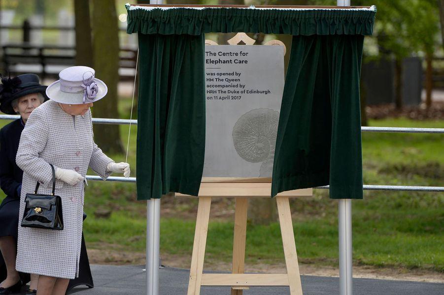 La reine Elizabeth II inaugure le nouvel espace des éléphants d'Asie à Dunstable, le 11 avril 2017