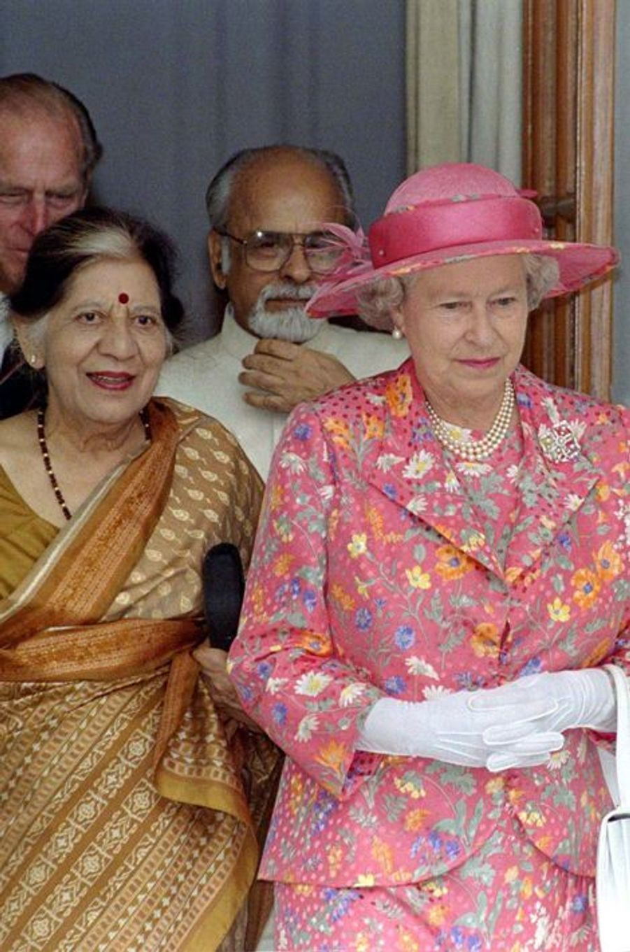 La reine Elizabeth II avec la Première ministre Inder Kumar Gujral à New Delhi, le 13 octobre 1997