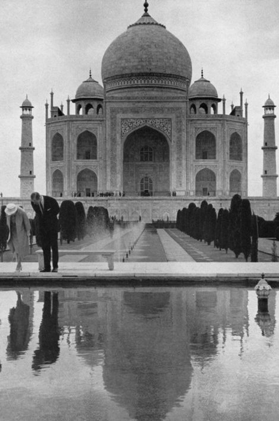 La reine Elizabeth II avec le prince Philip au Taj Mahal à Agra, en 1961