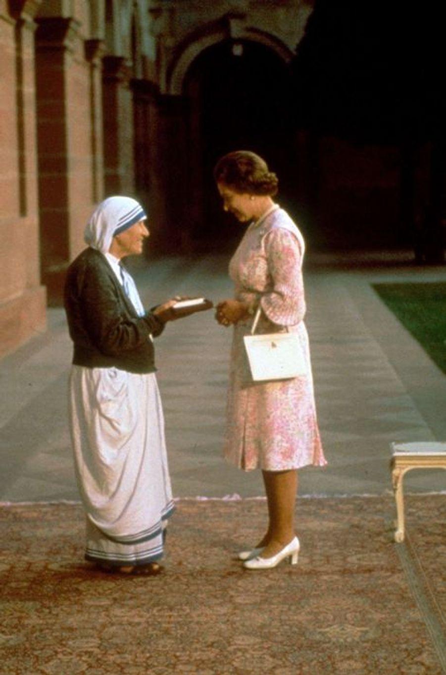 La reine Elizabeth II avec Mère Teresa à New Delhi, le 22 novembre 1983