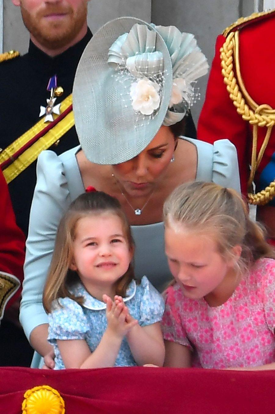 La princesse Charlotte etSavannah Phillips au balcon du Palais deBuckingham, le 9 juin 2018.