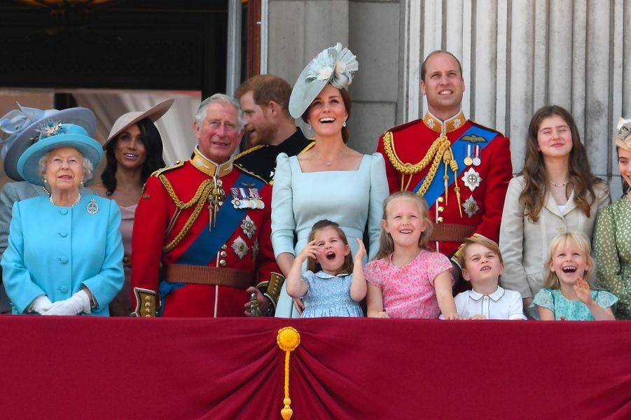 La princesse Charlotte, le prince George etSavannah Phillips au balcon du Palais deBuckingham, le 9 juin 2018.