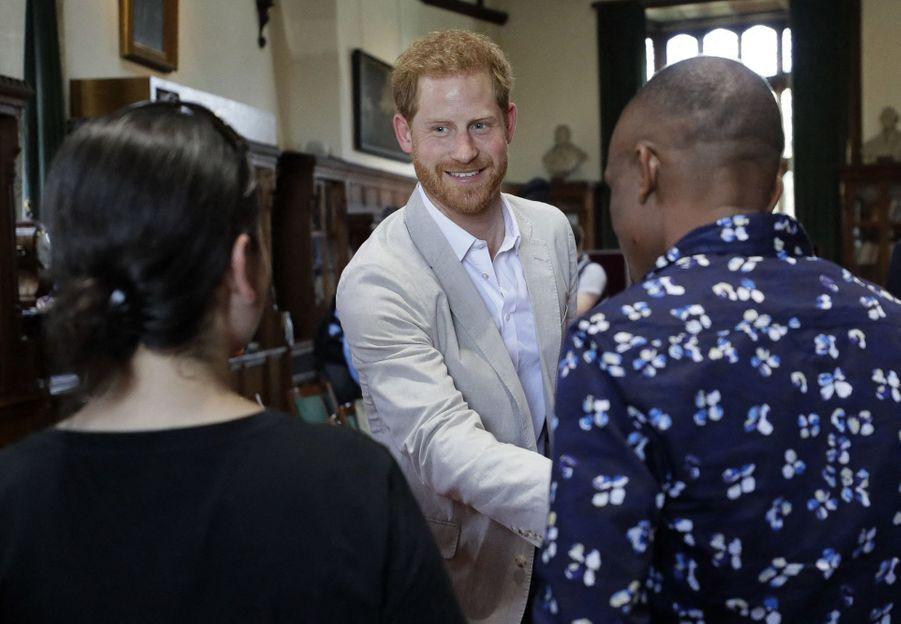 """Le prince Harry a découvert les projets de la fondation de Jane Goodall """"Roots and Shoots"""""""
