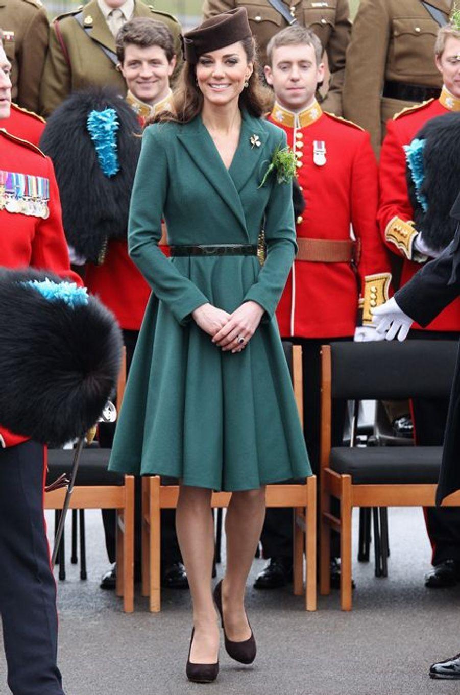 La duchesse Catherine de Cambridge en Emilia Wickstead à Aldershot, le 17 mars 2012
