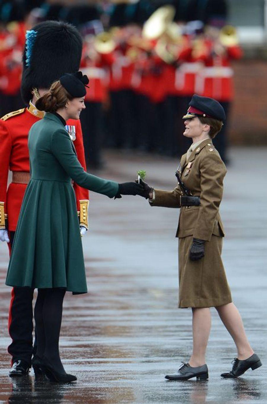 La duchesse Catherine de Cambridge en Emilia Wickstead à Aldershot, le 17 mars 2013