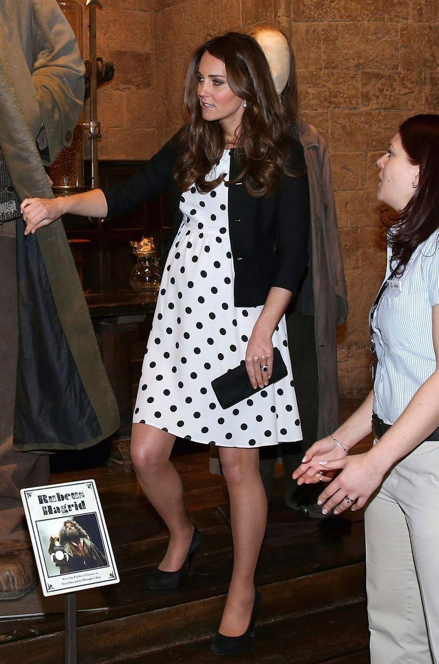 La duchesse Catherine de Cambridge enceinte de Baby George à Londres, le 26 avril 2013