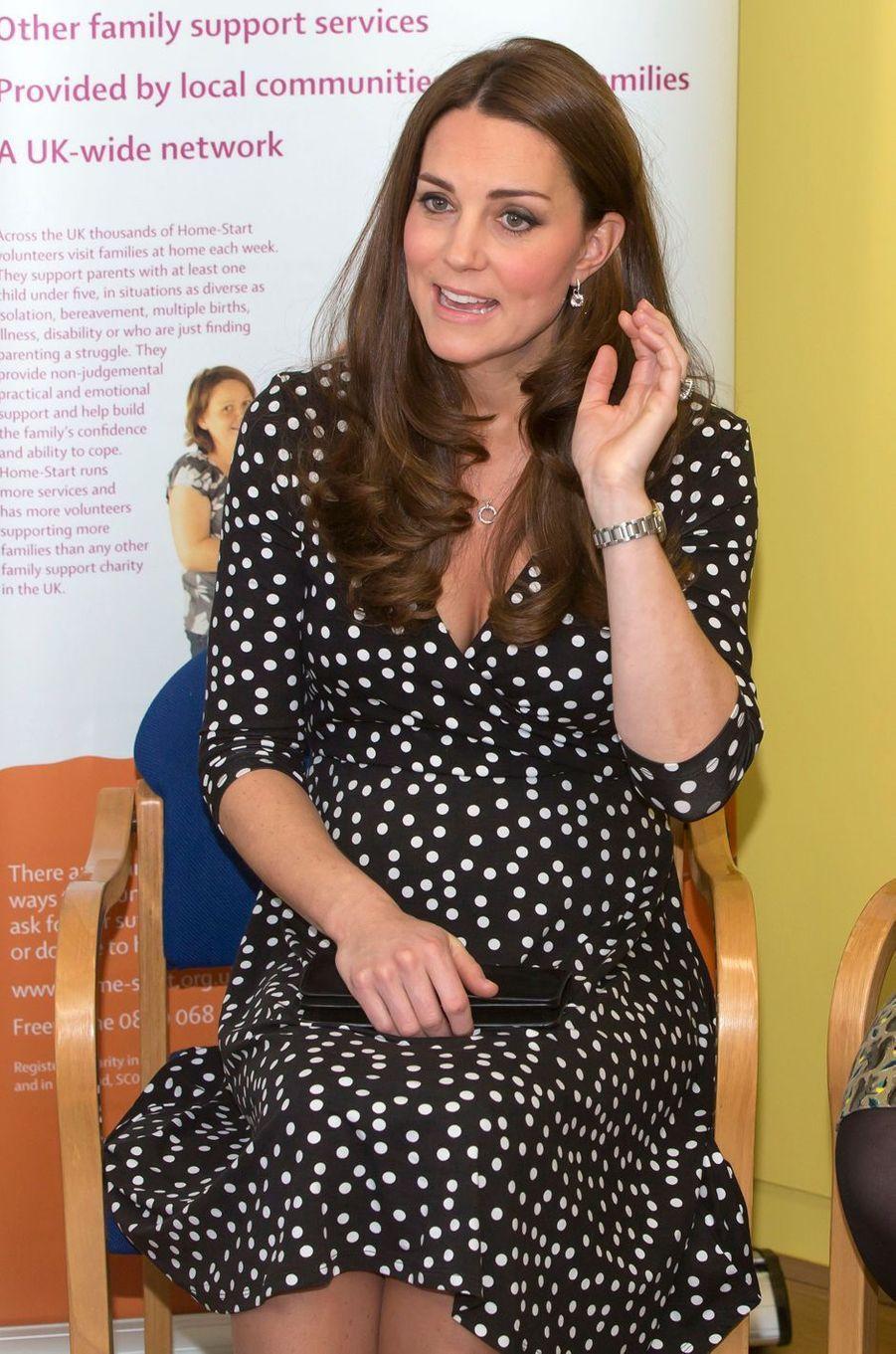 La duchesse Catherine de Cambridge enceinte de la princesse Charlotte à Londres, le 18 mars 2015